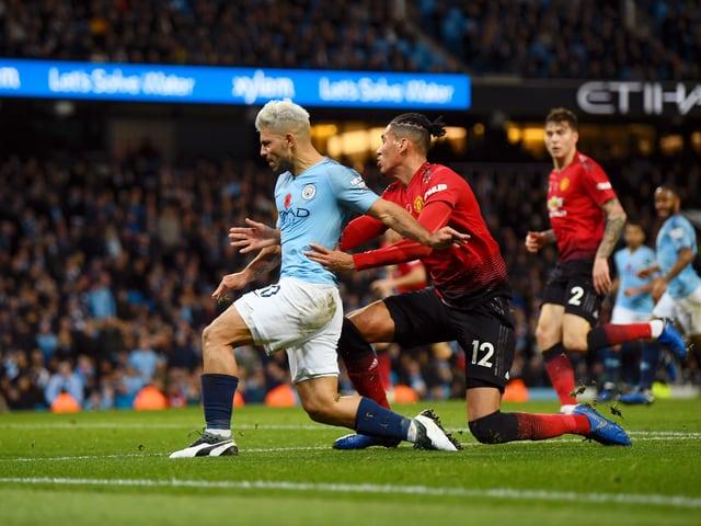 Chris Smalling kommt im ersten Manchester-Derby gegen Sergio Agüero zu spät.