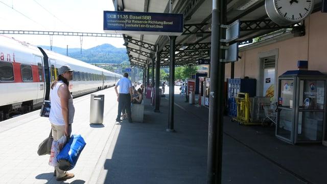 Bahnhof Laufen mit Passagieren auf dem Perron.