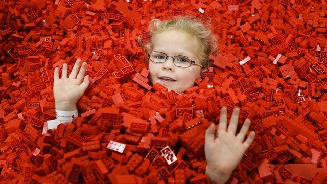 Ein Mädchen in einem Lego-Bad.