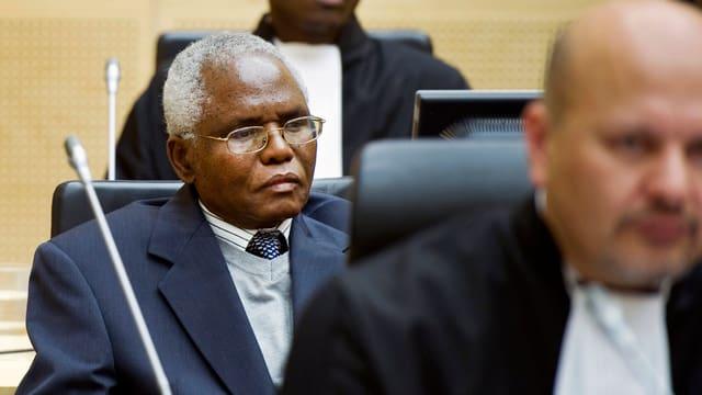 Muthaura sitzt schweigend im Gerichtssaal in Den Haag. Bild von 2011.