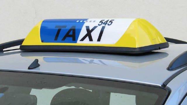 Autodach mit Taxischild.