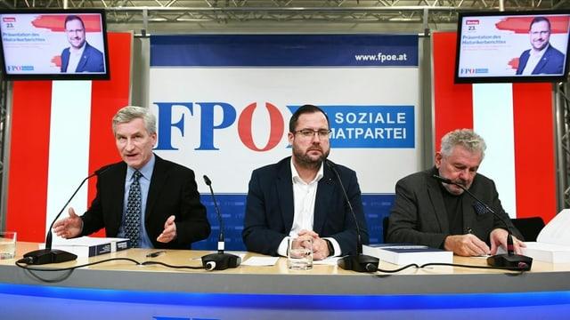 Hafenecker, Mölzer und Grischany während der Pressekonferenz.