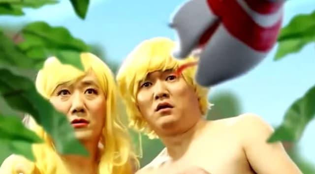 Zwei Männer mit blonden Perücken schauen entsetzt in die Kamera.