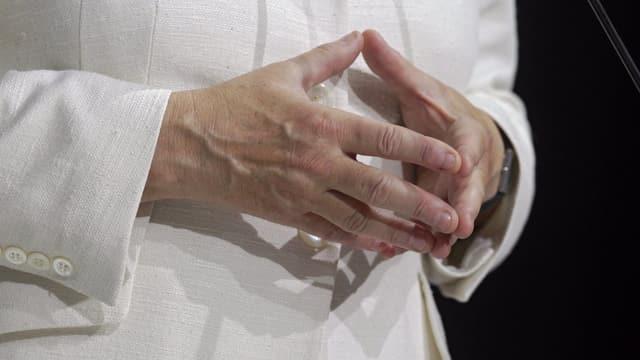 Konzentriert und doch menschlich: Kanzlerin Merkel mit der für sie typischen Geste.