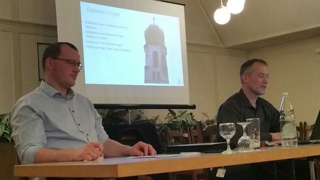 Gemeindepräsident Renato Truniger, links, und Swisscom-Vertreter Jakob Meier an der Infoveranstaltung am Mittwochabend in Mosnang.