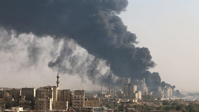 Die syrische Stadt Aleppo am 9. August 2016: Rauch über einer vom Assad-Regime besetzen Zementfabrik.