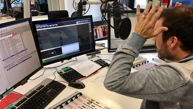 Moderator im Studio schlägt Hände über dem Kopf zusammen.