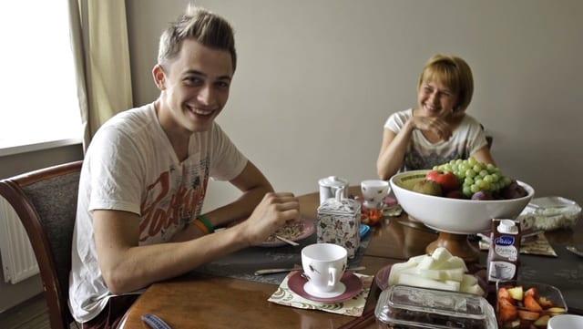 Seva und seine Mutter am Frühstückstisch.