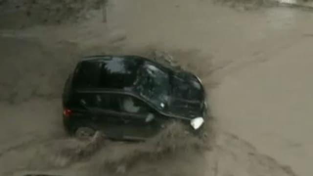 Auto kämpft sich durch Wassermassen