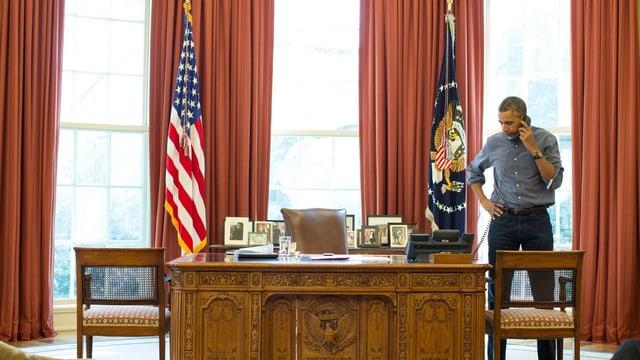 Obama am Telefon im Oval Office.