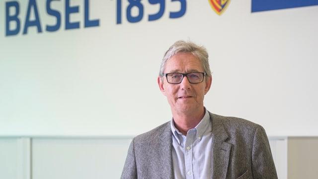 Roland Heri vor einer FCB-Aufschrift