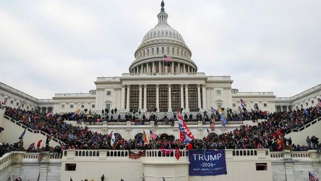 Bild des Sturms der Trump-Anhänger auf das Kapitol der Vereinigten Staaten.