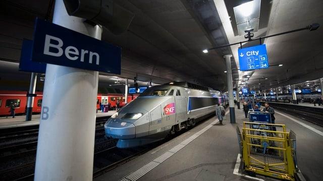 Ein TGV im Bahnhof Bern.
