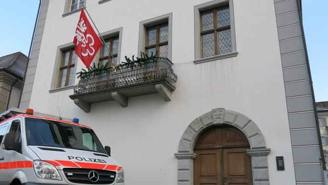 Polizeiauto vor dem Nidwaldner Rathaus.