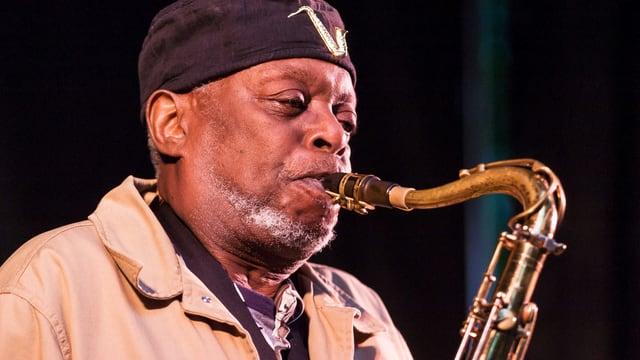 Dewey Redman spielt Saxofon