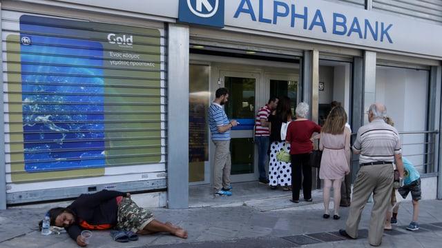 Menschen vor einer Bank