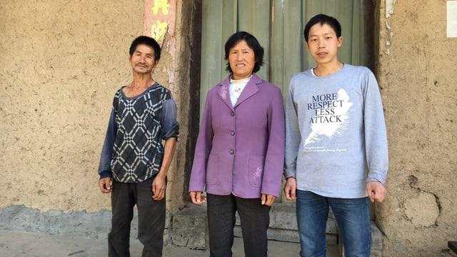 Familie Gao, Mutter (mitte), Sohn, (rechts), Onkel (links)