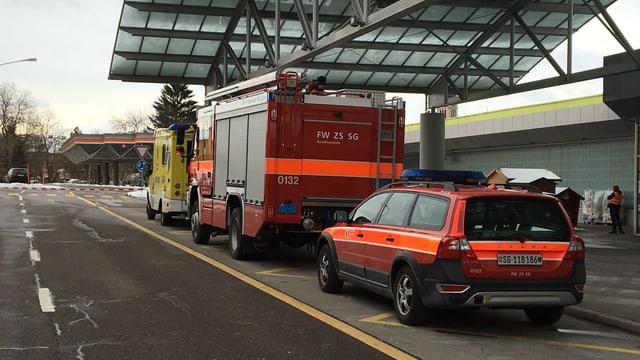 Krankenwagen und Feuerwehrauto stehen vor einem Einkaufscenter