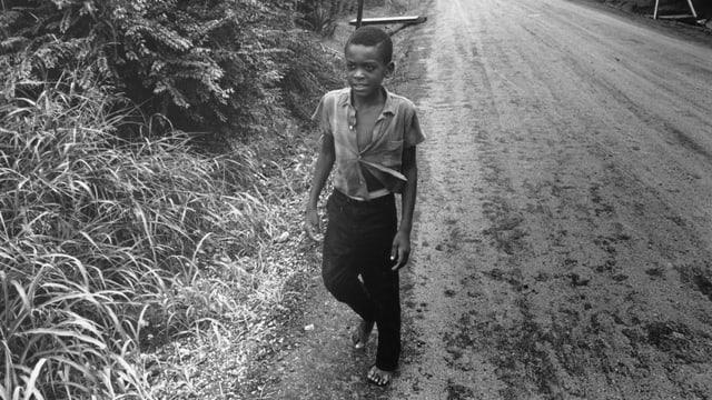 Eine Junge durchquert 1967 die Hauptstrasse von Greenville, Mississippi.
