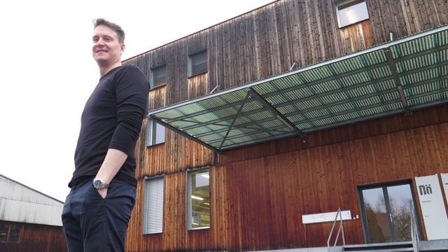 Geschäftsleitungsmitglied Jan Röthlisberger posiert vor dem Firmensitz in Gümligen.
