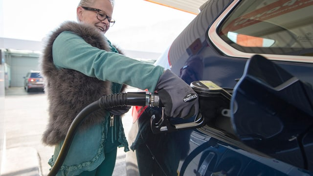 Eine Frau tankt an der Migrolino-Tankstelle in Stans, Kanton Nidwalden.