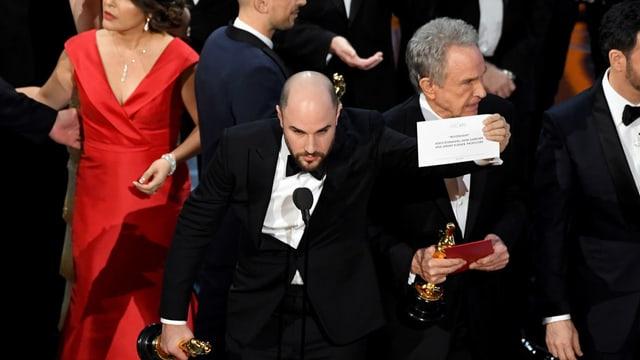 «La La Land» Produzent Jordan Horowitz zeigt die Karte auf der Sieger «Moonlight steht.