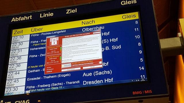Bildschirmanzeige von Chemnitz mit der Abfahrtstabelle, darauf die Mitteilung des Computer-Virus, dass  alle Daten verschlüsselt würden.
