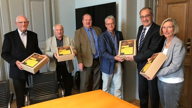 Vertreter des Schutzverbandes übergeben Bundesrat Guy Parmelin die Unterschriften.