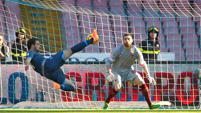 Gonzalo Higuain drischt denn Ball mit einem Seitfallzieher ins Tor von Roma-Keeper Morgan De Sanctis.