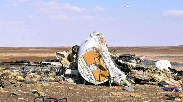 Flugzeugwrackteile liegen in der Wüste im Sinai