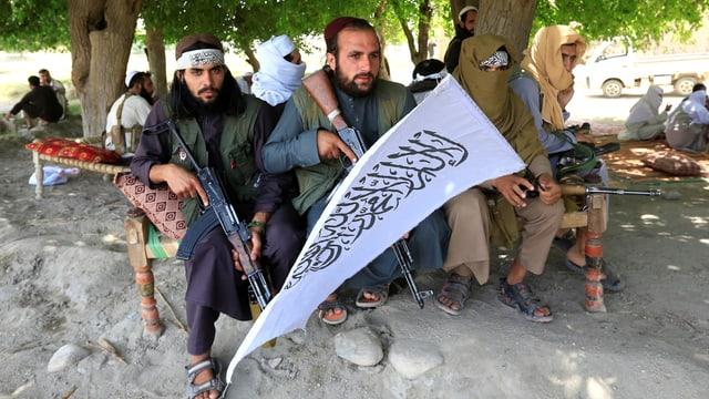Taliban-Kämpfer feiern die Waffenruhe rund um den Ramadan.