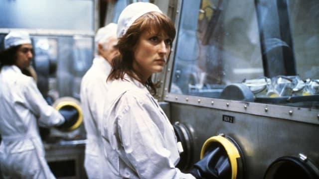 Filmszene: Meryl Streep mit Schutzkleidung in der Plutoniumfabrik.