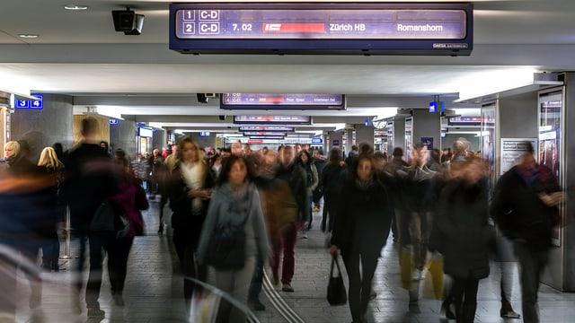 Menschen in der Unterführung im Bahnhof Bern
