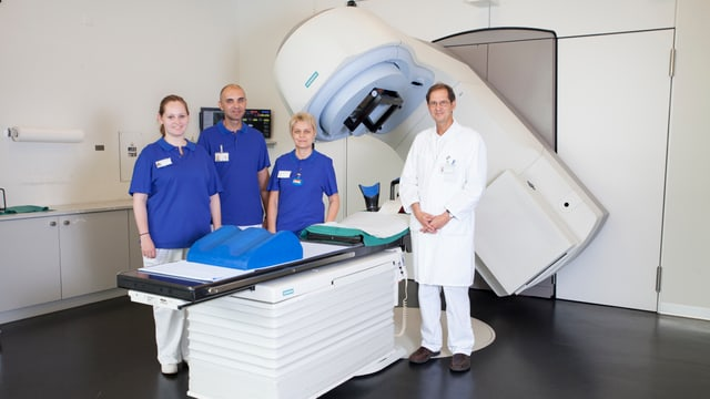 Arzt und drei Pfleger/Innen vor einem medizinischen Grossgerät