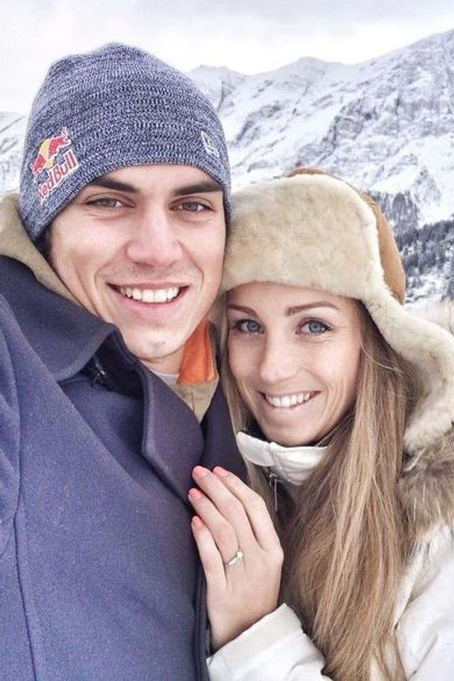 Sarah Pedrett und Elias Ambühl im Schnee Arm in Arm und glücklich