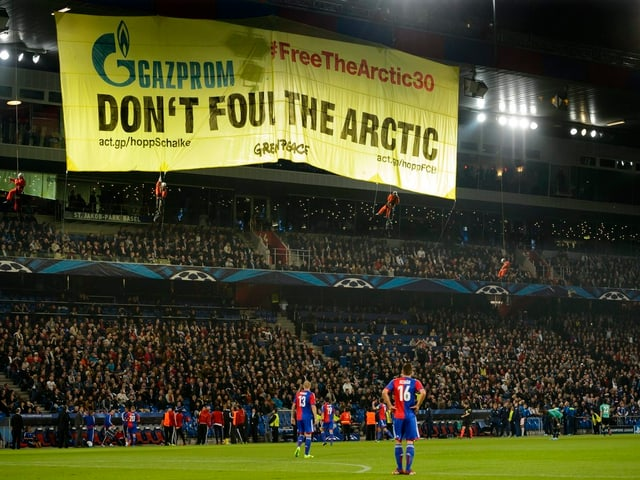 Greenpeace-Plakat «Don't foul the arctic» hängt vom Dach des St. Jakob-Stadions in Basel.