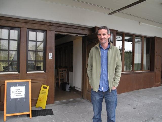 Patrick Klausberger, der Leiter der neuen Asylunterkunft für Jugendliche, vor dem Haus in Kriens.
