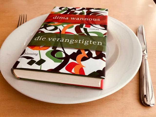 «Die Verängstigten» liegt auf einem weissen Teller. Messer und Gabel daneben.