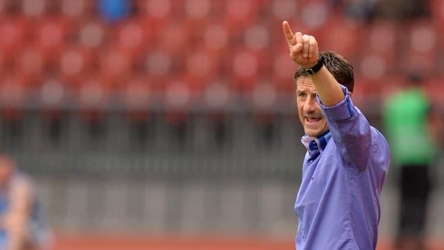 FCZ-Trainer Urs Meier gibt am Spielfeldrand gestenreich Anweisungen