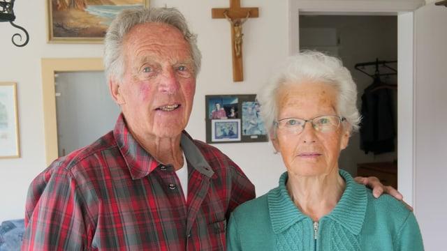 Ludwig Regli umarmt seine Frau Berta Regli