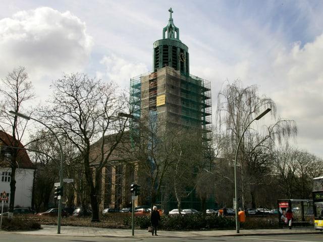 Die Sicht auf die Martin-Luther-Kirche in Berlin.
