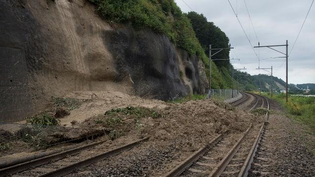 Ein Erdrutsch verschüttet die Gleise der SBB-Strecke Bern - Freiburg nach heftigen Regenfällen im Jahr 2014.