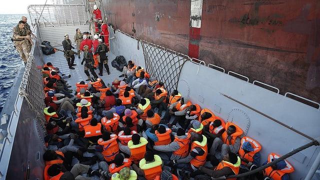 Flüchtlinge werden von der Küstenwache gerettet.