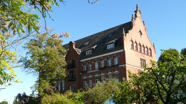 Ansicht eines grossen Gebäudes aus Backstein.