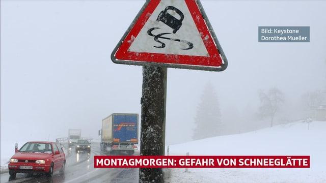 Strasse mit winterlichen Verhältnissen, Wiesen sind weiss. Schild mit Glättewarnung im Vordergrund.