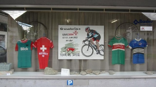 Schaufenster mit Dekoration Tour de Suisse