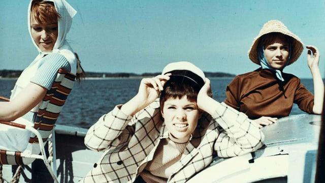 Drei junge Frauen auf einem Boot