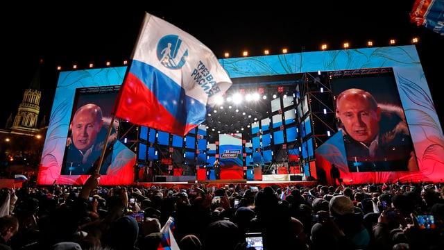 Putin spricht auf einem Platz nach seiner Wiederwahl. Er ist auf einer Grossleinwand gleich doppelt zu sehen.
