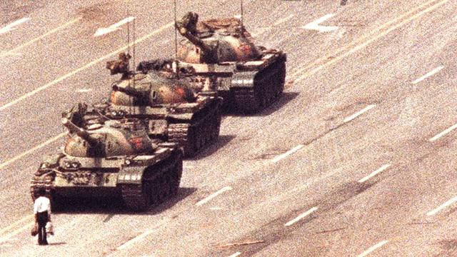 Ein Mann stellt sich 1989 auf dem Tian'anmen Square in Peking einer Kolonne von drei Panzern in den Weg.
