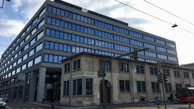"""Das Winterthurer Verwaltungsgebäude """"Superblock"""" von aussen."""